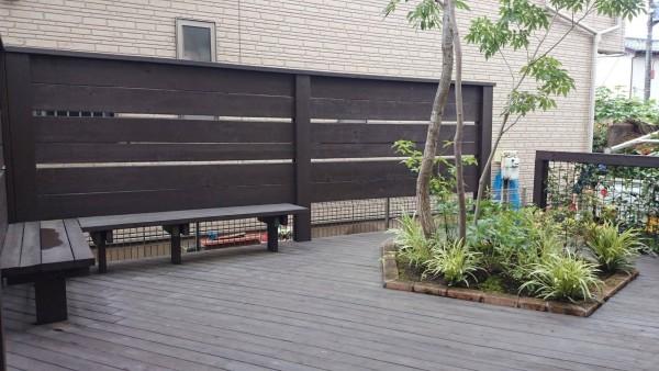 ベンチと植込みだけのシンプルな庭。デッキの床面にできる空間を意識した。